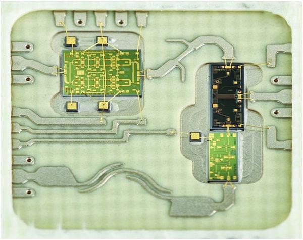 QFN-корпус из слоистого материала 10×10 мм с тремя чипами 25 ГГц FEM с дискретной фильтрацией