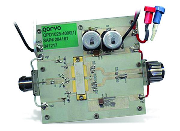 Транзистор QPD1025L на оценочной плате, использующей синфазное суммирование мощности