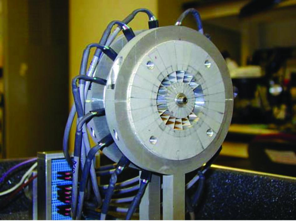 Фотография центральной секции коаксиально-волноводного пространственного сумматора мощности [7]