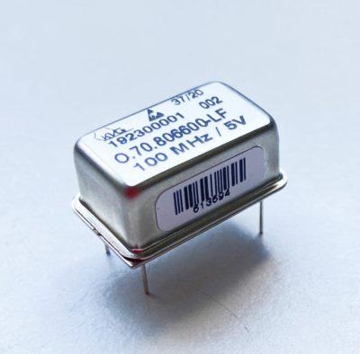 Термостатированный кварцевый генератор компании KVG с низким фазовым шумом